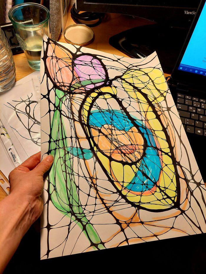 Das Bild zeigt meine sogenannte Lebenszeit-Entladung. Dabei habe ich in 53 Sekunden eine Linie aufs Blatt gebracht, nachdem ich 2 Minuten lang alles aufgeschrieben habe, was mir dazu in den Sinn kam. Dann habe ich Linien und Überkreuzungen abgerundet und neurographiert. Feldlinien, Kreise gesucht, Farbe aufgebracht und eine Fixierung vorgenommen.